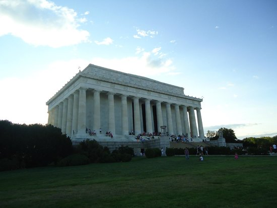 Lincoln Memorial: The memorial is built in Greek architecture style.