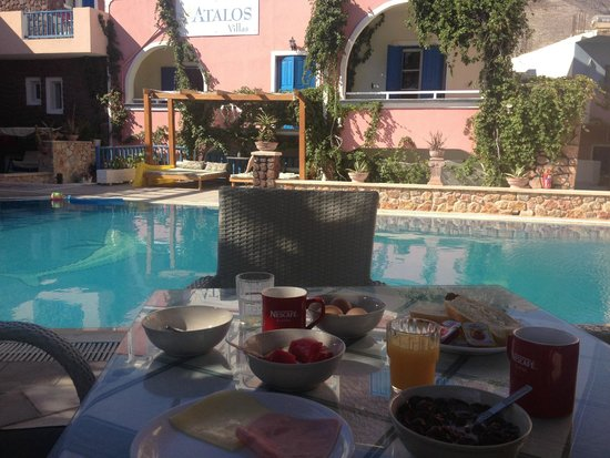 Atalos Apartments & Suites : breakfast round the pool