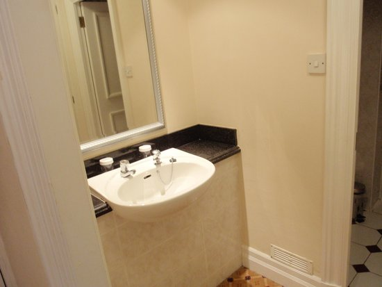 The Glasgow City Hotel: Basin which is not in bathroom