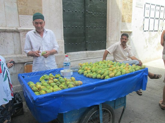 Médina de Tunis : Prickly pears for sale