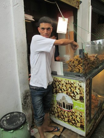Médina de Tunis : Honeyed fig seller