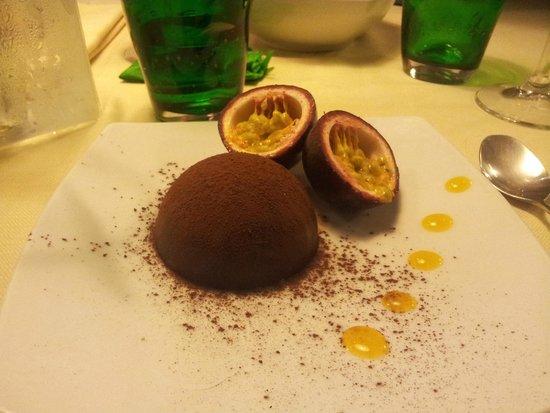 Trattoria Rosmarino: Cioccolato nero e bianco con cuore di maracuja