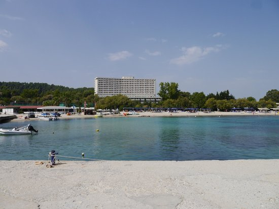 Athos Palace Hotel: View from the pier across the beach to the hotel