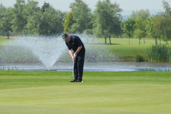Ombersley, UK: Putting on the 18th green
