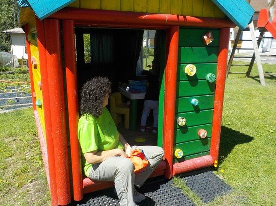 Hotel Val di Sole : casetta per giochi giardino