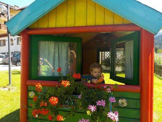 Hotel Val di Sole : casetta nel parco giochi esterno