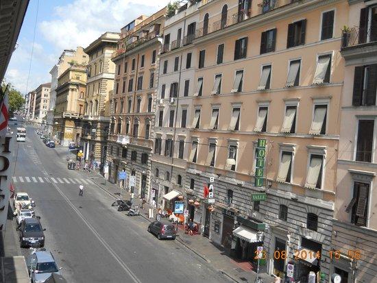 Borromeo Hotel : To the left -to Termini station