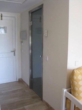 Grupotel Mar de Menorca: Front door and bathroom door.
