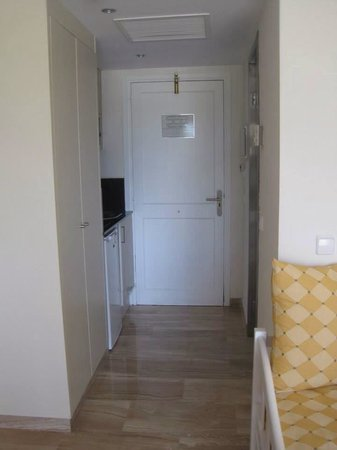 Grupotel Mar de Menorca: Front door. Kitchen to the left and bathroom to the right.
