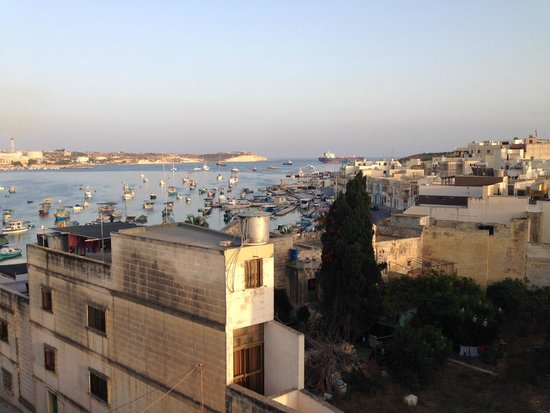 Port View Guesthouse: Vue depuis la terrasse où l'on prend le petit dej ou l'apéro !