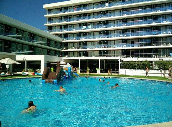 Hotel Anabel : Springkussen in het zwembad :))