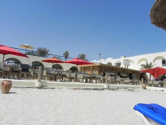 SENTIDO Djerba Beach: Photo prise de la plage vers la terrasse de l'hôtel