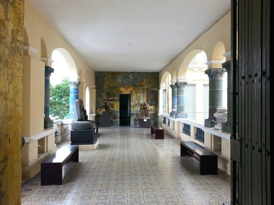 Musée des beaux-arts : patio with interesting art pieces