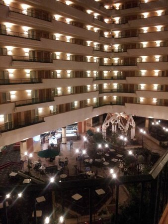 Embassy Suites by Hilton Greenville Golf Resort & Conference Center : The lobby from the stairs...