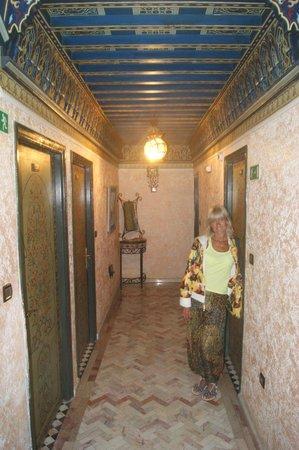 Al Jasira Hotel : Интерьер.
