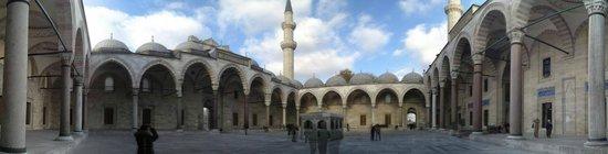 Mezquita de Suleiman o Mezquita de Süleymaniye: nice and quiet square in Suleymaniye Mosque