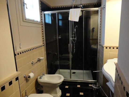 Hotel Patria: Our bathroom