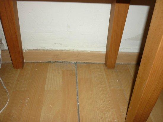 Finas Hotel Apartments: Gaps in flooring