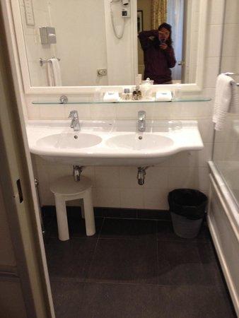 Hotel Relais Bosquet Paris: Spacious bathroom by Parisian standards!