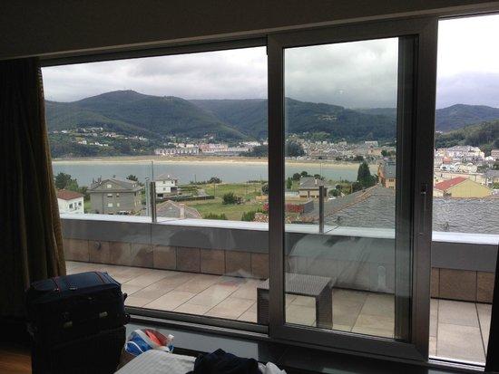 Hotel Thalasso Cantabrico Sirenas: Vista desde el interior de la habitación a Viveiro y la ría.