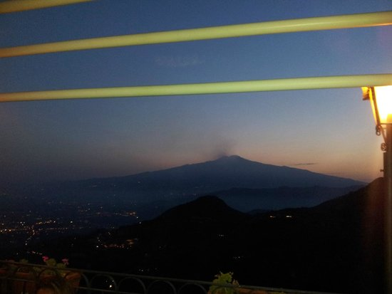 La Taverna dell' Etna: Veduta panorama dalla terrazza: Etna