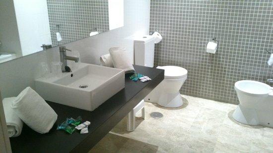 Dynastic Hotel: Baño habitación superior