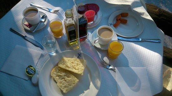 Alcazaba de Busquistar : Un rico desayuno, el pan muy bueno