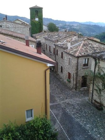 Albergo La Rocca Dei Malatesta: Panorama di Frontino dalla stanza dell'hotel La Rocca dei Malatesta