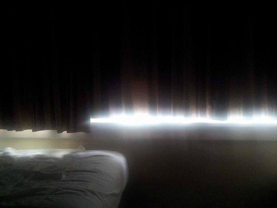 Premier Inn South Mimms/Potters Bar Hotel: Blackout curtain fail