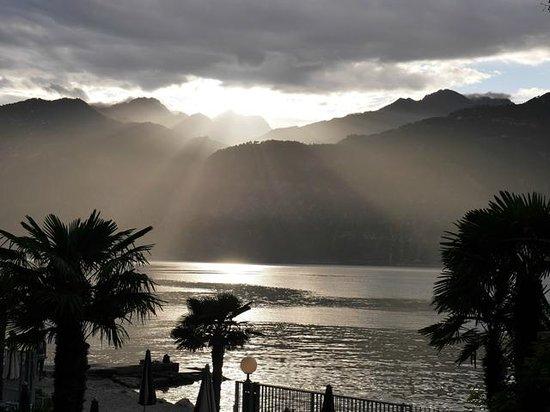 Hotel Castello Lake Front: abendlicher Blick vom Balkon auf den Gardasee