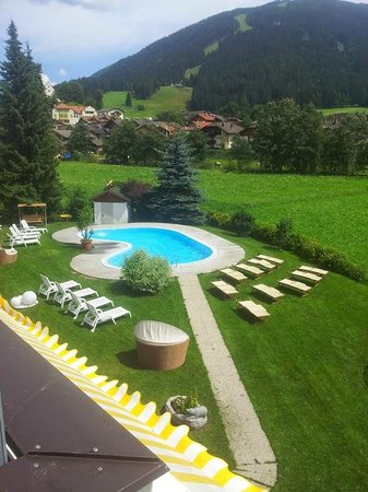 Helmhotel: Vista piscina e giardino da camera