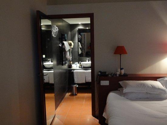 Hotel Cloitre Saint Louis : View of room into bathroom