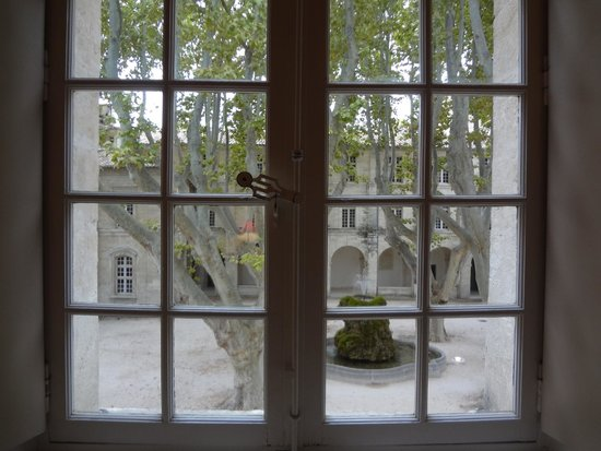 Hôtel Cloitre Saint Louis: View from room into the courtyard