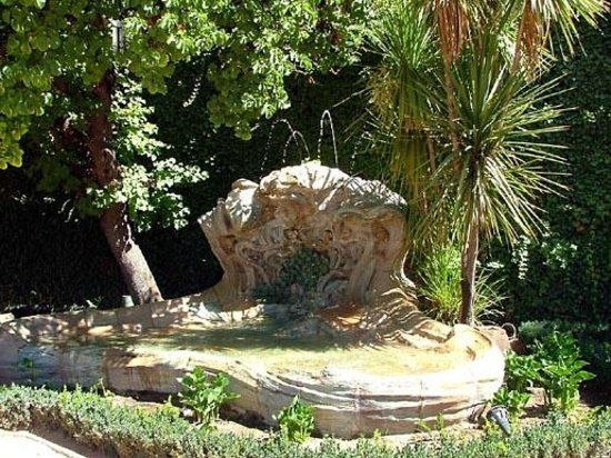 Carmen de los Martires: Fountain in Front of the Carmen