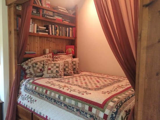 Romantic Riversong Bed and Breakfast Inn: Bed with built in books
