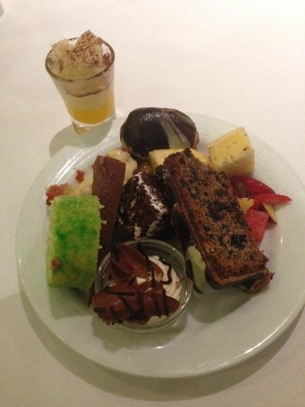 Cinnamon Lakeside Colombo: Assortment of sweets at dinner