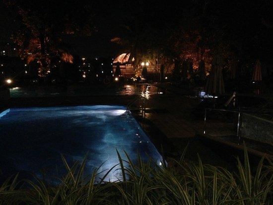 Cinnamon Lakeside Colombo: Pool area at night