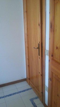 Residenza Gli Eucalipti: Porta della camera imbarcata, non chiude