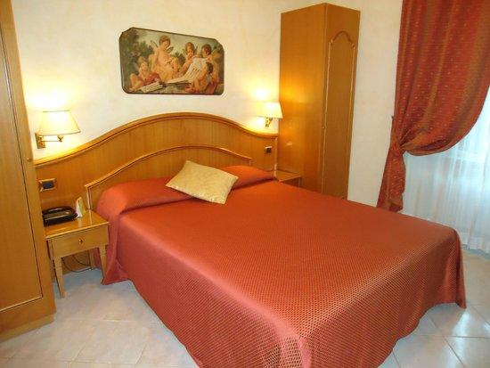 Hotel Dolomiti: Habitación pequeña, pero cómoda