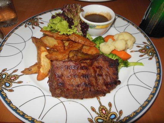 Nexus Resort & Spa Karambunai : 夕食のステーキ