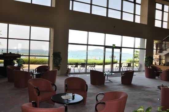 Resort Hotel Mihagi : ホテルロビー、眼前に海が拡がる