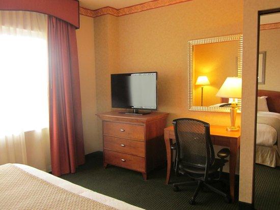 Embassy Suites by Hilton Nashville South/Cool Springs : Bedroom & desk
