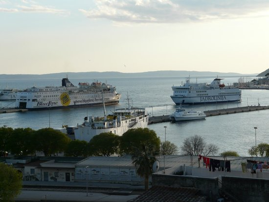 Hotel Luxe: Balcony view of the passenger harbour