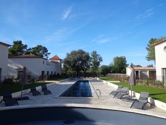 Chateau de la Redorte : piscine et chambres