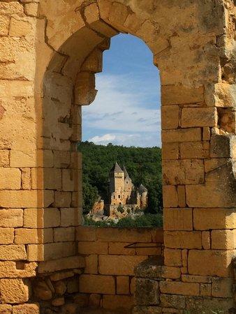 Château de Commarque: Chateau de Laussel (across the valley)