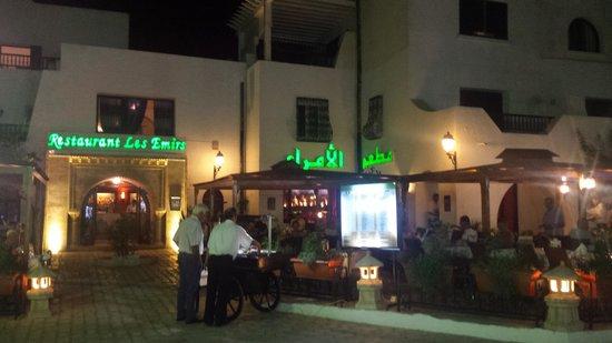 Les Emirs: вид с улицы