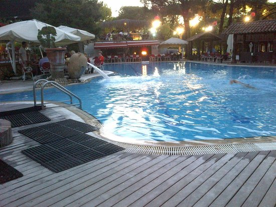 Complesso Turistico Averno : Swimming pool and restaurant in the evening