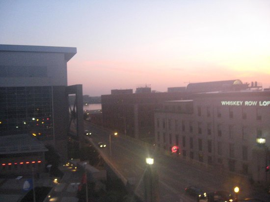 Courtyard Louisville Downtown: Sunrise from balcony