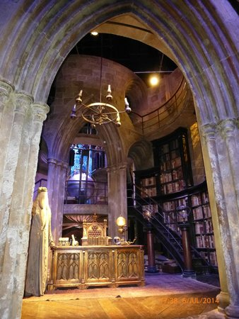 Warner Bros. Studio Tour London - The Making of Harry Potter: Dumbledores office