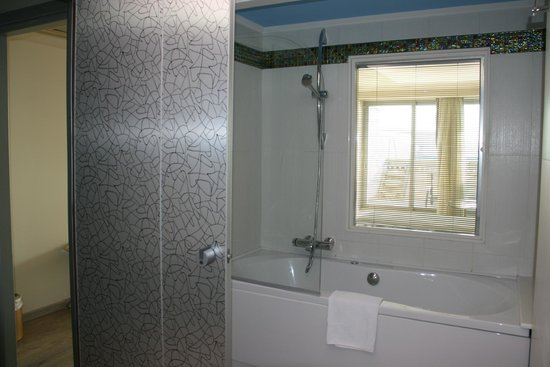 Atrium Platinum Hotel: Spacious bathroom
